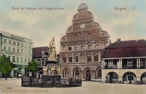Stargard i. P., Markt mit Rathaus und Kriegerdenkmal
