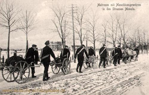 Matrosen mit Maschinengewehren in den Straßen Memels
