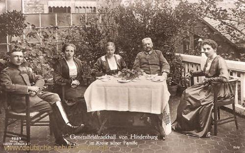 Generalfeldmarschall von Hindenburg im Kreise seiner Familie
