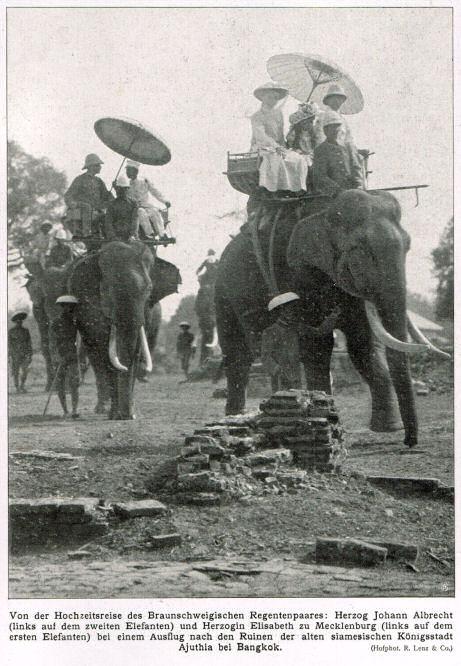 Von der Hochzeitsreise des Braunschweigischen Regentenpaares: Herzog Johann Albrecht (links auf dem zweiten Elefanten) und Herzogin Elisabeth zu Mecklenburg (links auf dem ersten Elefanten) bei einem Ausflug nach den Ruinen der alten siamesischen Königsstadt Ajuthia bei Bangkok.