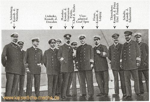 Nach dem Sieg bei Coronel ließ Graf Spee die Kommandanten zu sich auf das Flaggschiff kommen. Dieses Bild dürfte die letzte gemeinschaftliche Aufnahme des Admirals und der Kommandanten sein.