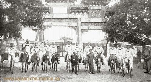 S.M.S. Iltis - Am Tor des Lama-Tempels in Peking