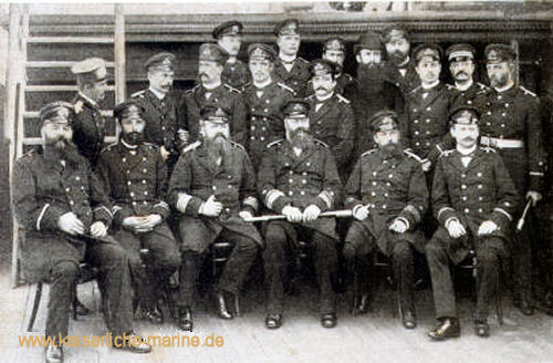 Konteradmiral Deinhard und Offiziere S.M.S. Leipzig, 1889 v.l.n.r sitzend: Seydell, Capelle, Plüddemann, Deinhard, Schneider, Elvers - stehend: Behm, Oré, Tapken, Nieten, Thyen, Wuthmann, Gühler, Pfarrer Ettel, Dr. Groppe, Dr. Arimond, Oelker, Meier