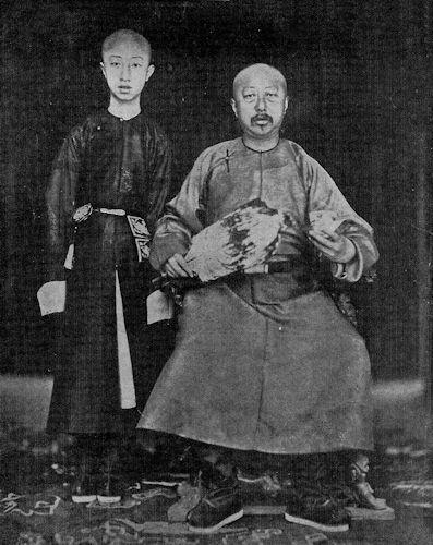 Der Kaiser von China Kwangsu mit seinem Vater.