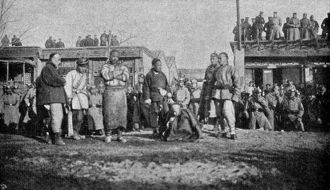 Die Sühne des Gesandtenmordes in Peking: Die von den Verbündeten beschlossene Hinrichtung En-Hais am 31. Dezember 1900 in der Kettelerstraße, auf derselben Stelle, wo er auf Befehl seiner fremdenfeindlichen Vorgesetzten den Freiherrn von Ketteler erschoß.