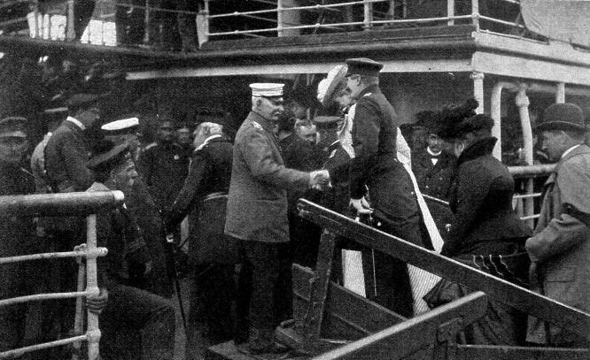 """Graf Waldersee an Bord der """"Gera"""" begrüßt am 7. August 1901 seine Gäste bei der Ankunft in Brunshausen."""