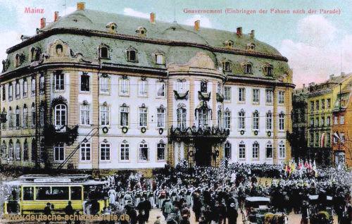 Mainz, Gouvernement (Einbringen der Fahnen nach der Parade)