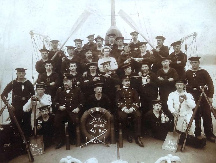 S.M.S. Hela, Mannschaftsfoto 1903