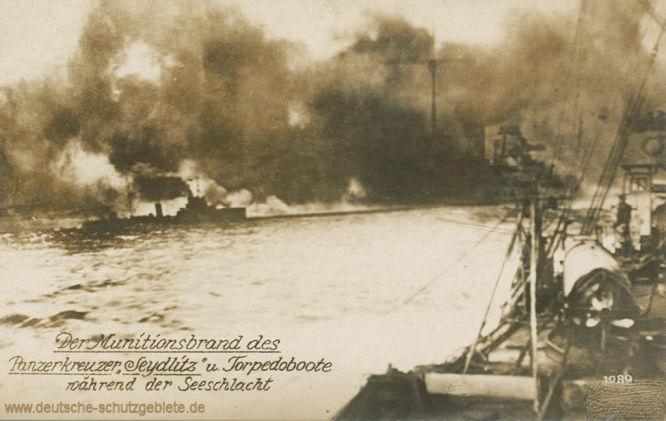 Der Munitionsbrand des Panzerkreuzers Seydlitz und Torpedoboote während der Seeschlacht.
