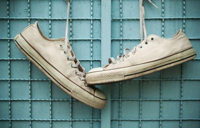 Weiße Schuhe mit einfachen Mitteln reinigen