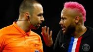 Der pinke Neymar (rechts) legte sich auch noch mit Schiedsrichter Jerome Brisard an.