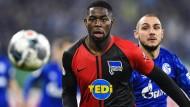 Herthas Jordan Torunarigha (links) soll beim Spiel bei Schalke 04 rassistisch beleidigt worden sein.