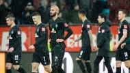 Niedergeschlagen – und allem Anschein nach auch ratlos: Werder Bremen, inzwischen tief gefallen in der Fußball-Bundesliga.