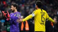 Schutzlose Dortmunder in Leverkusen: Roman Bürki (links) und Mats Hummels