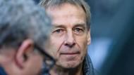Selbst ihm ist das Lachen vergangen: Herthas Trainer Jürgen Klinsmann zeigt sich schmallippig.