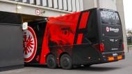 Ab in die Garage: Der Eintracht-Bus wird vorläufig nicht benötigt.