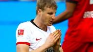 Für Frankfurter Spiele in Leverkusen hilft offenbar bei Martin Hinteregger nur noch Beten.