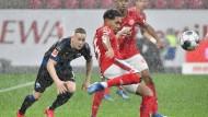 """""""Sehr gut gemacht"""": Der Mainzer Philipp Mwene (rotes Trikot) durfte mit seinem Comeback gegen Paderborn zufrieden sein."""