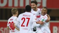 Vorentscheidender Schritt: Köln verabschiedet sich auch dank Torschütze Jonas Hector (Mitte) wohl endgültig aus dem Abstiegskampf.