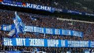 """""""Wir entschuldigen uns bei allen Huren, sie mit Herrn Hopp in Verbindung gebracht zu haben"""": Plakat beim Schalker Spiel"""