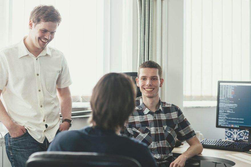 Osmeh DevOps tima se dešava u dve situacije: kada se slikamo i kada poludimo od preteranog gledanja u ekran - na slici je uhvaćena čudna kombinacija oba.