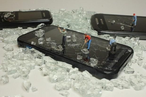 smartphone screen protection 620x413 - Стоит ли сегодня клеить защитные пленки на экран смартфона