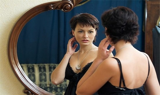 Love seeing yourself in the mirror a lot? Here is the reason why you look good in mirror than in your photograph