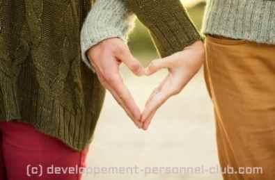 Comment garder la flamme dans son couple ? Avec le temps et l'accumulation des interactions de ce type, certains couples en viennent à bannir leur esprit critique l'un face à l'autre.
