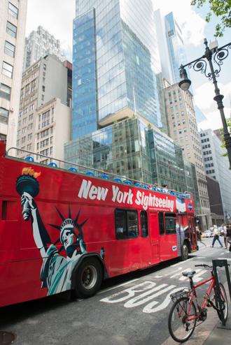 Bus touristique illustrant les lycées à l'étranger