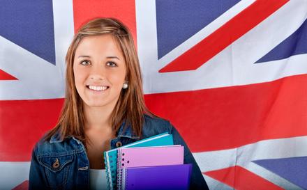 Une jeune fille au pair devant le drapeau anglais