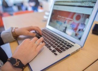 étudiant sur son ordinateur