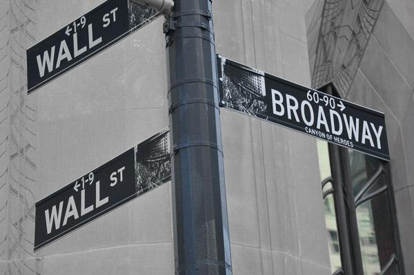 Programmes variées dans les universités américaines (image de panneaux Wall Street et Broadway).