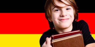 Langues étrangères : un garçon apprend l'allemand.