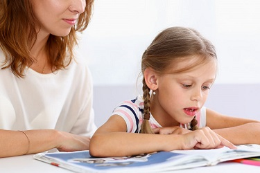 Petite fille travaillant ses cours à distance