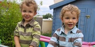Jumeaux souriants lors d'une garde d'enfant en anglais