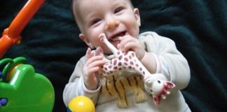 Bébé heureux dans une crèche bilingue
