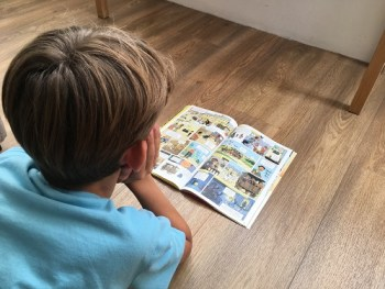 Enfant lisant le magazine Images Docs