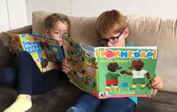 Enfants lisant le magazine Pomme d'Api