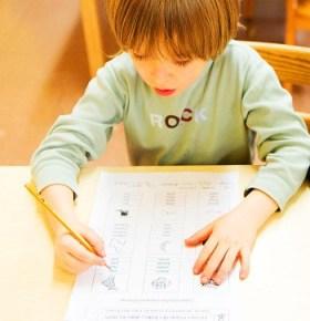Un enfant prend un cours de français langue maternelle à l'EFNY