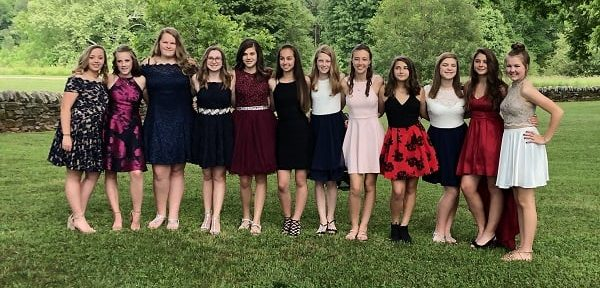 Jeunes filles au bal de promo de leur collège