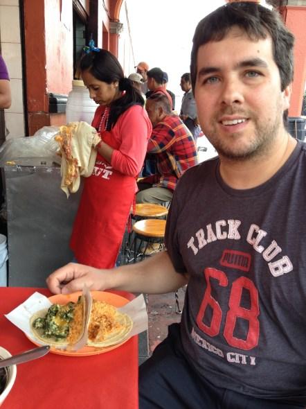 Comiendo tacos de guisado en el mercado de San Ángel