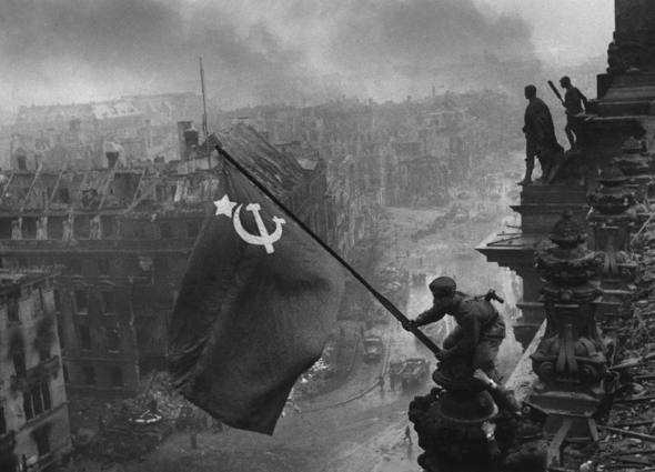 """Allemagne, Berlin. 2 mai 1945. Le drapeau rouge flotte sur les to""""ts du Reichstag"""