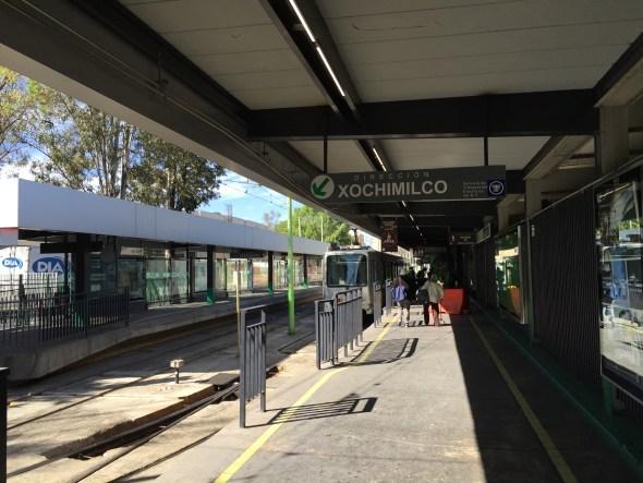 Tomando el Tren Ligero hacia Xochimilco.