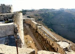 Corredor entre as muralhas interna e externa do Krak des Chevaliers (Vista da região do castelo dos muros do castelo (Fonte: Wikicommons/Autor: Mewes)