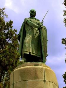 Estátua de Afonso Henrique, Duque de Portugal, no interior do castelo (Fonte: Wikicommons/Autor: Marco Almeida)