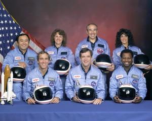 Os membros da tripulação STS- 51L: na fileira de trás, da esquerda para a direita: Especialista de missão Ellison Onizuka S., Professora no espaço Participante Sharon Christa McAuliffe, especialista de carga Greg Jarvis e especialista da missão Judy Resnik. Na primeira fila, da esquerda para a direita: Piloto Mike Smith, comandante Dick Scobee e o especialista da missão Ron McNair .
