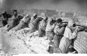 Soldados soviéticos posicionados nos telhados dos apartamentos de Stalingrado, para emborcar o inimigo (Fonte: Arquivo Nacional Alemão / Autor: Desconhecido)