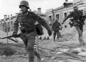 Soldados alemães avançando cidade adentro, a cada esquina um novo perigo (Fonte: Wikicommons / Autor: Desconhecido)