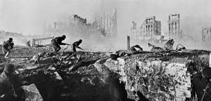Soldados soviéticos avançam pelos escombros de Stalingrado (Fonte: Wikicommons / Autor: Zelma / Георгий Зельма)