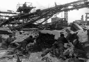 Soldados russos lutam nos escombros de uma fábrica, cada centímetro deveria ser defendido (Fonte: Wikicommons / Autor: Gerogij Zelma)